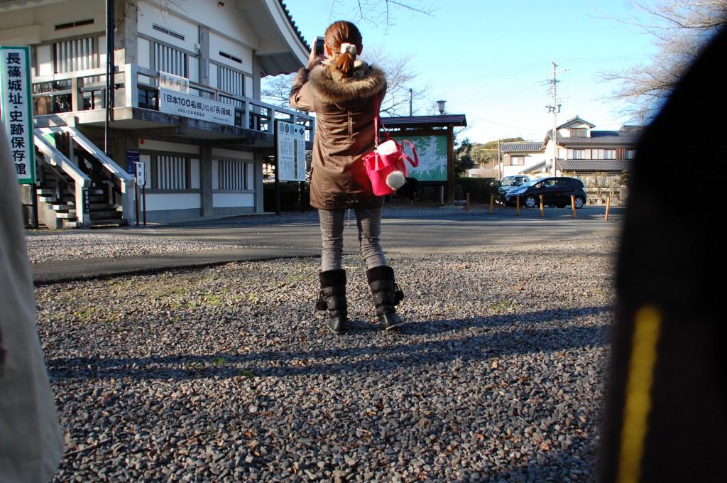 じょにー撮影の久納さんと長篠城資料館