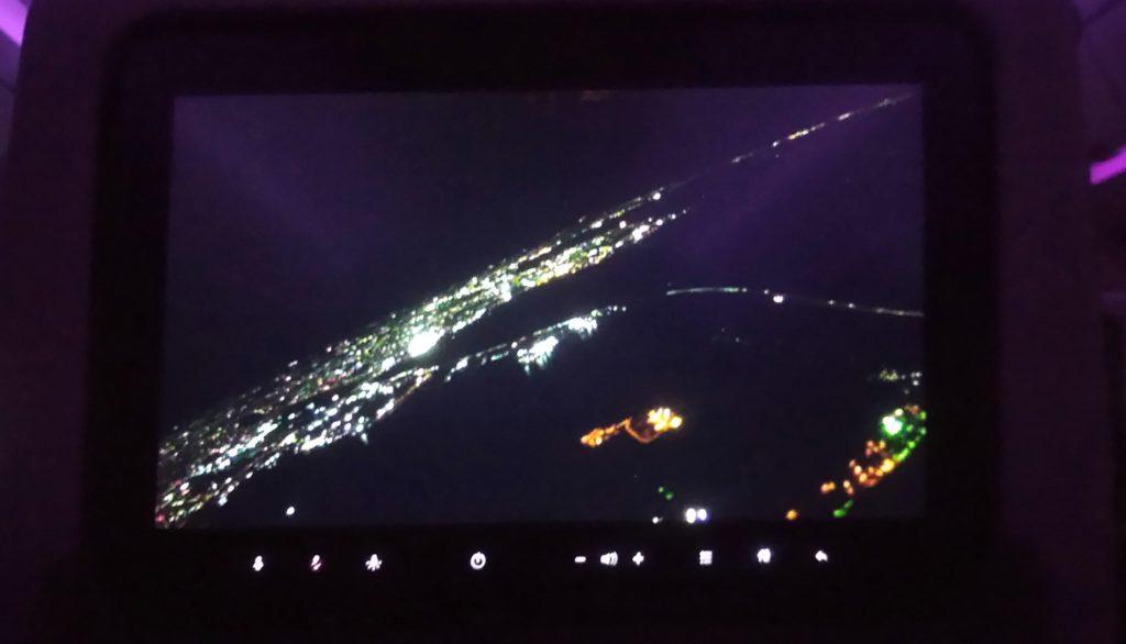 機内モニターに映る日本の夜景