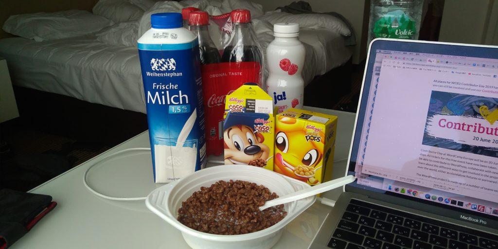 朝食はスーパーで買ったコーンフレーク
